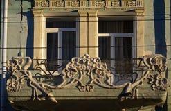 Delen av fasaden av gammal bostads- byggnad på den pedastrian gatan av Samarastaden Arkivfoto