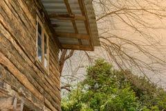 Delen av fasaden av ett trähus i modern stil och solen ray Arkivbilder