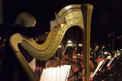 Delen av musikinstrumentet kallade harpan i abstrakt bakgrund Arkivbilder