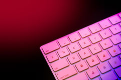 Delen av tangentbordet med kodar och hackar ord med den represe hänglåset Royaltyfri Foto