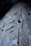 Delen av trä med skrapor och hasar Arkivfoto