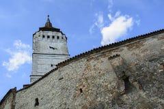 Delen av väggen och tornet Rotbav stärkte kyrkan, Transylvania, Rumänien Arkivbilder