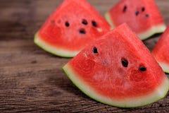 Delen klippte den nya vattenmelon med kärnar ur på trätabellen Royaltyfria Bilder