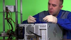 IT delen van de specialisten de bevorderende computer op het werkplaats stock video