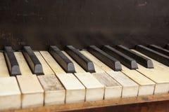Oud pianotoetsenbord stock foto