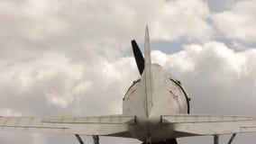 Delen van oude vliegtuigen op een hemelachtergrond De burgerlijke en militaire vliegtuigen van de luchtvaartindustrie stock video
