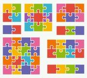Delen van raadsels op witte achtergrond in gekleurde kleuren Stock Afbeeldingen