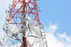 Delen van telecommunicatietoren met blauwe hemel Stock Afbeelding
