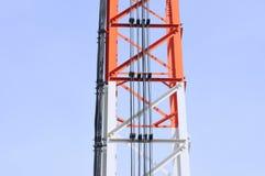 Delen van telecommunicatietoren met blauwe hemel Stock Afbeeldingen