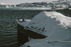 Delen van verlaten schepen bij noordelijke kust Stock Afbeeldingen
