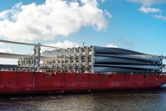 Delen van windfarm op het dek van vrachtschip stock foto's