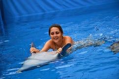 Delfín y muchacha Foto de archivo libre de regalías