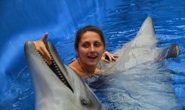 Delfín y muchacha Fotos de archivo