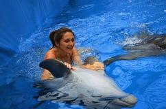 Delfín y muchacha Imagenes de archivo
