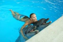 Delfínes sonrientes y una mujer foto de archivo libre de regalías