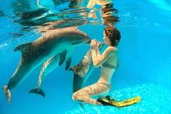 Delfin i dziewczyna zdjęcie royalty free