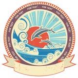 Delfin i havsvågor. Tappningetikett och snirkel för Arkivfoton