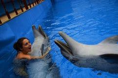 Delfin och flicka Royaltyfri Bild