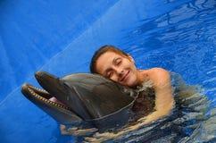Delfin och flicka Arkivbilder