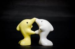 Delfinu ceramiczny prezent na czerni Obrazy Stock