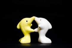 Delfinu ceramiczny prezent na czerni Zdjęcia Stock