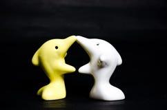 Delfinu ceramiczny prezent na czerni Zdjęcia Royalty Free
