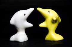 Delfinu ceramiczny prezent na czerni Obraz Stock