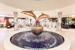 Delfinu fountainin Marina centrum handlowe, Abu Dhabi Zdjęcie Stock