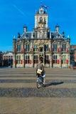 DELFT, holandie - KWIECIEŃ 4, 2008: Młody człowiek jedzie bicykl n Obrazy Royalty Free