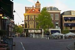 DELFT/NETHERLANDS - 16 april, 2014: Typische straatscène Stock Foto