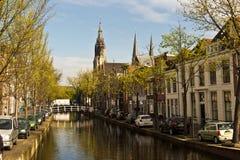 DELFT/NETHERLANDS - April 17, 2014: Typisk gataplats och kanal Arkivfoto