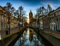 Delft-oud kerk lehnender Turm Stockfotos