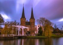 Delft-oud kerk lehnender Turm Stockbild