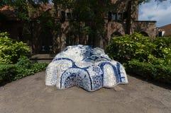 DelftfajansBlauw för abstrakt konst stil på den Prinsenhof delftfajans Arkivfoto