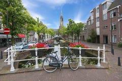 Delftfajanskanaler och nytt kyrkligt torn, Nederländerna royaltyfri foto