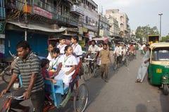 delhi gammal gatatrafik royaltyfria foton