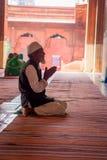 Delhi, Inde - 27 septembre 2017 : Fermez-vous d'un homme au-dessus de ses genoux priant à l'intérieur de du temple en Jama Masjid Image libre de droits