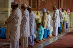 Delhi, Inde - 27 septembre 2017 : Fermez-vous du goup des hommes se tenant à l'intérieur de du temple se préparant à prient dans  Photos stock