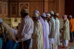 Delhi, Inde - 27 septembre 2017 : Fermez-vous du goup des hommes se tenant à l'intérieur de du temple se préparant à prient dans  Image libre de droits