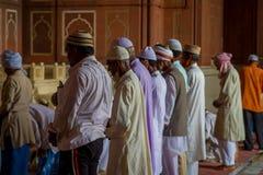Delhi, Inde - 27 septembre 2017 : Fermez-vous du goup des hommes se tenant à l'intérieur de du temple se préparant à prient dans  Images libres de droits