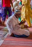 Delhi, Inde - 27 septembre 2017 : Fermez-vous du vieil homme au-dessus de ses genoux priant à l'intérieur de du temple en Jama Ma Image stock