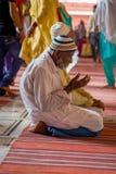 Delhi, Inde - 27 septembre 2017 : Fermez-vous du vieil homme au-dessus de ses genoux priant à l'intérieur de du temple en Jama Ma Photographie stock libre de droits