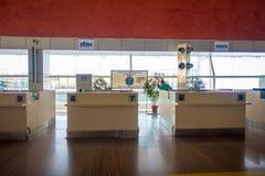 DELHI, INDE - 19 SEPTEMBRE 2017 : Huttes vides de visa de révision sans des personnes dans la ligne dans l'aéroport international Image libre de droits