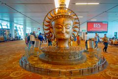 DELHI, INDE - 19 SEPTEMBRE 2017 : La grande statue d'or dans l'aéroport international de Delhi Indira Gandhi International Photographie stock