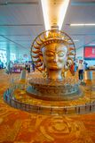 DELHI, INDE - 19 SEPTEMBRE 2017 : La grande statue d'or dans l'aéroport international de Delhi Indira Gandhi International Photos stock