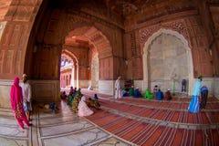 Delhi, Inde - 27 septembre 2017 : Les gens priant chez Jama Masjid Mosque à l'intérieur de du temple à Delhi, Inde, poisson Photo stock