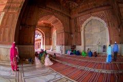 Delhi, Inde - 27 septembre 2017 : Les gens priant chez Jama Masjid Mosque à l'intérieur de du temple à Delhi, Inde, poisson Images stock