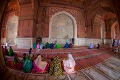 Delhi, Inde - 27 septembre 2017 : Les gens priant chez Jama Masjid Mosque à l'intérieur de du temple à Delhi, Inde, poisson Image stock