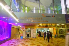 DELHI, INDE - 19 SEPTEMBRE 2017 : Personnes non identifiées arrivant à l'Inde dans l'aéroport international de Delhi, Indira Images stock