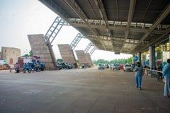 DELHI, INDE - 19 SEPTEMBRE 2017 : Personnes non identifiées marchant à l'extérieur de l'aéroport international de Delhi, avec Images stock
